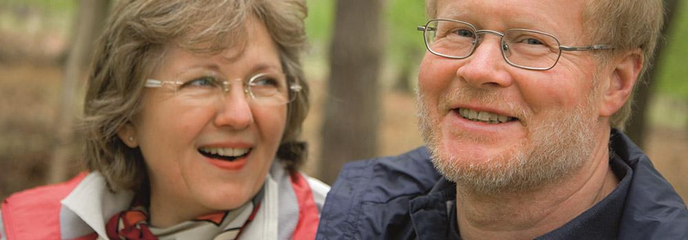 Älteres Paar genießt den Wald